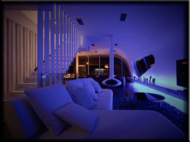 Интерьер гостиной с камином в стиле хай тек