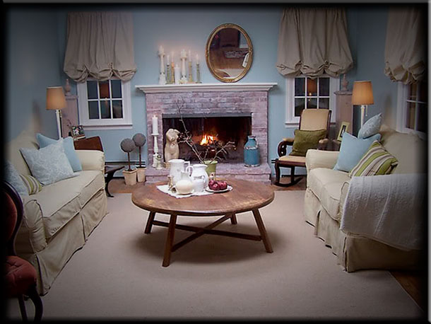 Интерьер гостиной с камином в стиле прованс