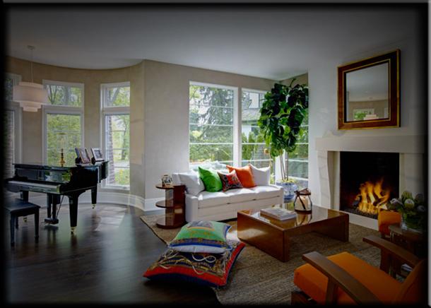 Яркие краски для интерьера гостиной с камином