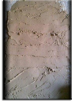 Высохший глиняно-песчаный раствор на стене