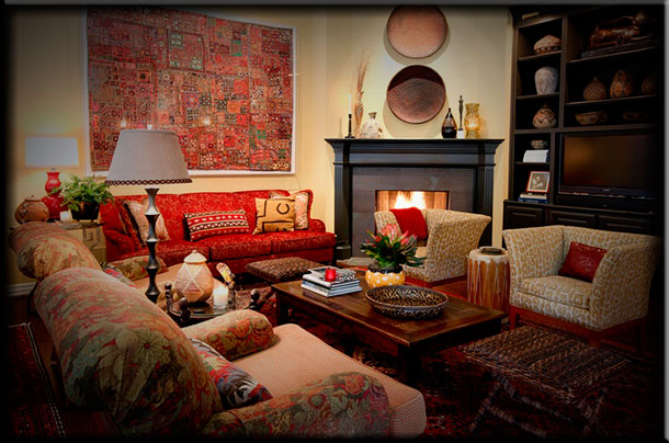 Интерьер гостиной с камином в стиле фьюжн