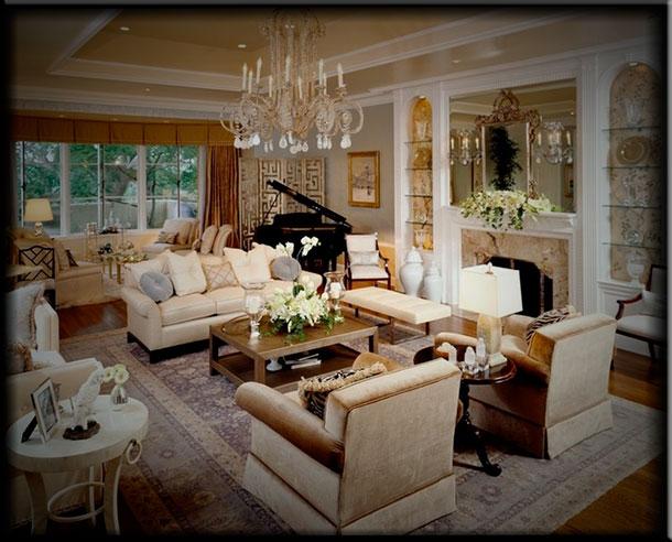 Интерьер гостиной с камином в классическом стиле