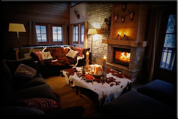 Интерьер гостиной с камином в стиле шале