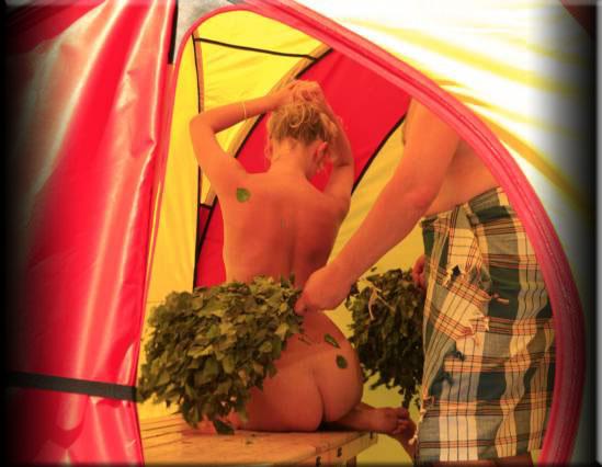 голая возле палатки
