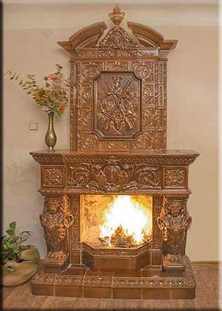 Современный изразцовый камин, облицованный в старинном стиле.
